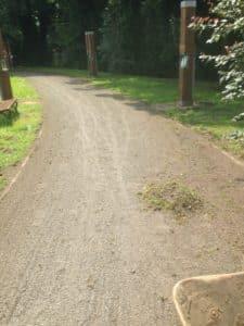 Pflege einer Wassergebundene Wegedecke mit Voss Federzinkenegalisator Dienstleistung