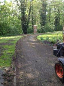 Wassergebundene Wegepflege mit Federzinkenegalisator