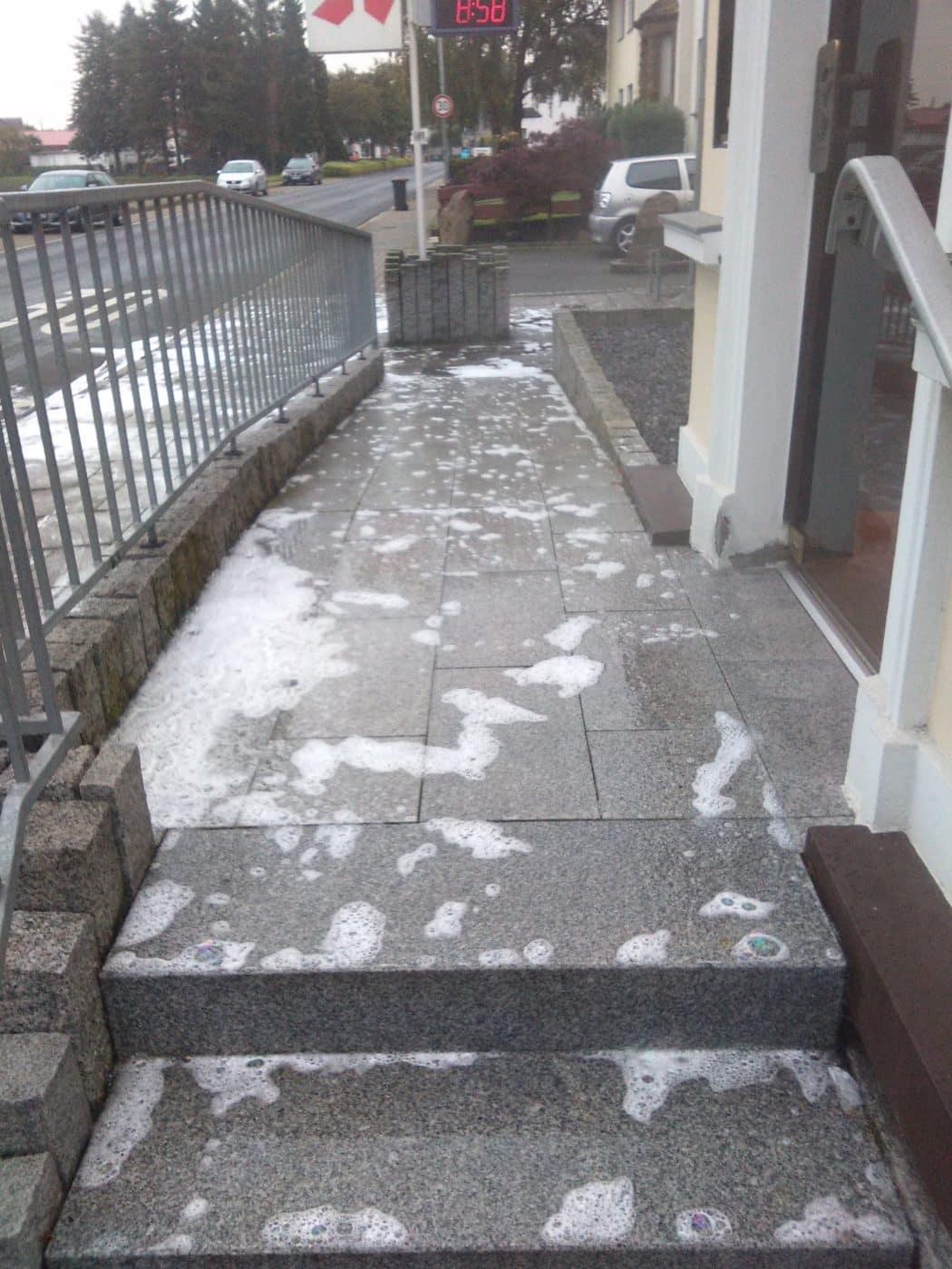 Unkrautbeseitigung mit Heißwasser Schaumverfahren