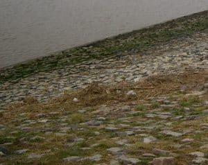 Schräge Steinfläche Wasser